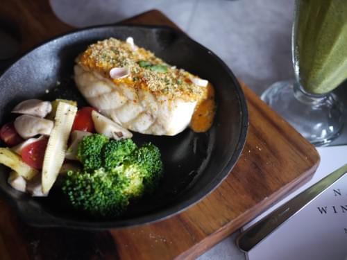 爐烤季節鮮魚佐海膽醬汁