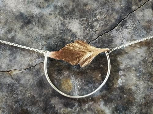 Celery top pine semi hoop necklace