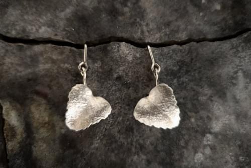 Myrtle leaf articulated stud earrings (silver)