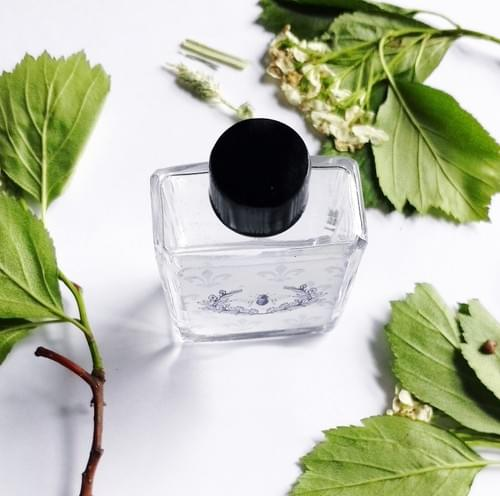 the Rose Bee Natural Perfume Oil, Honeycomb, Roses, Clover, Hay, Soft woods, Leather, Floral 5 ml