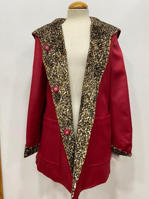 Chaqueta roja de polipiel y leopardo. T/44.