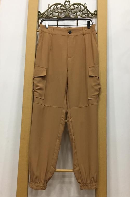 Pantalón ancho con bolsillos y cadena. T/M-L.