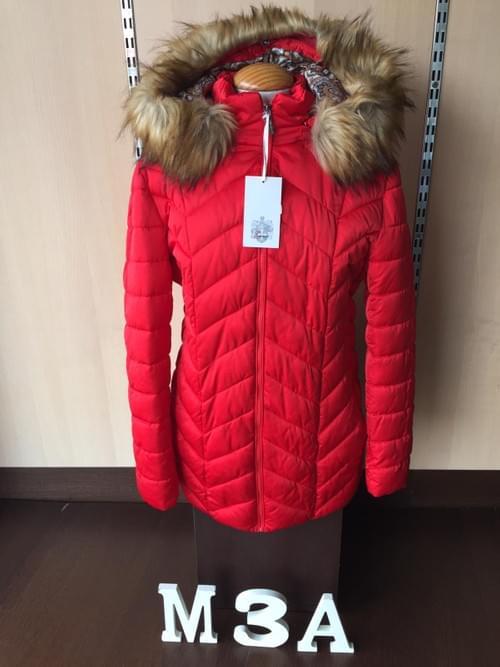 Plumífero rojo con capucha de pelo. T/46