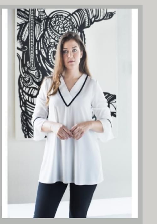 Blusa blanca detalles en negro.