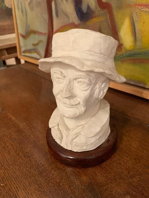statue d'homme en plâtre