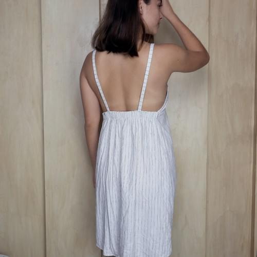 Vestido de lino con tirantes, blanco con lineas negras