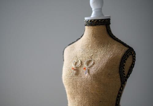 Boucles d'oreilles, pierres naturelles dégradées, plume - YQUEME CREATION 1