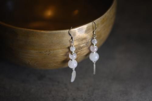 Boucles d'oreilles, pierres naturelles dégradées, plume - YQUEME CREATION