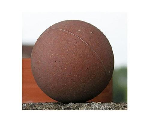 Balle éducative. Balle de tennis pelée.