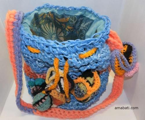 Sac en ficelle agricole bleue et sculptures de laine