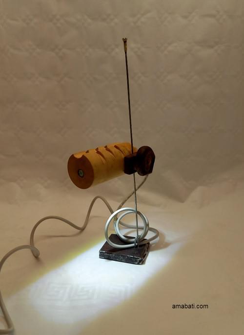 Lampe en bois (avec câble USB) sur socle et tige en métal.