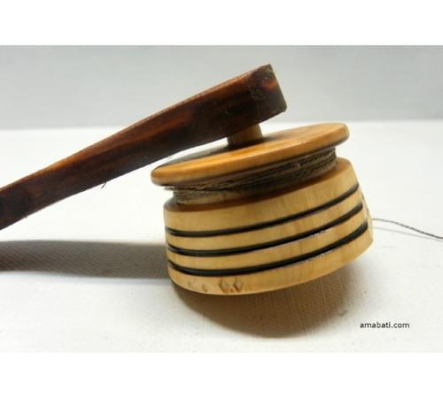 Toupie en buis et lanceur en merisier