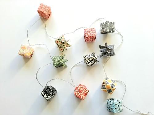 Guirlande lumineuse origami fleurs et cubes