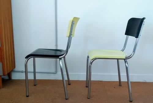 Paire de chaises en bakélite bicolores années 40.