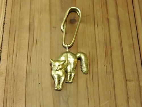 受驚嚇的貓-吊飾 / Scared Cat-Brass Charm