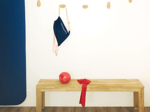 Un ballon paille et une Fitband en latex dans un sac WePilates