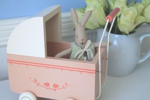 Bébé lapin et son landau