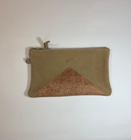 Modèle Dune : Pochette cuir velour beige et cuir de poisson cognac
