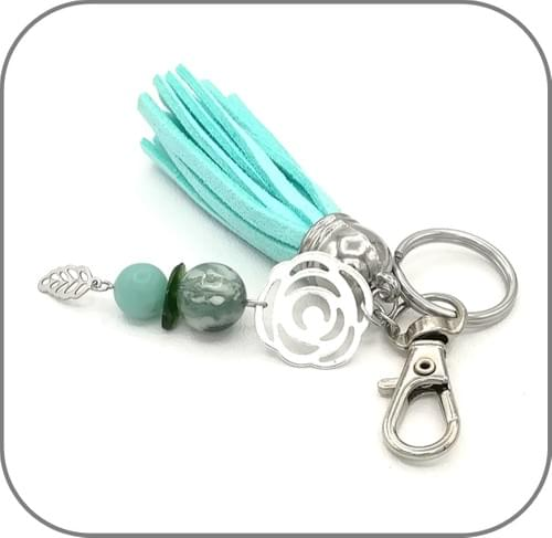 Porte clés Turquoise avec pierres naturelles ornement floral, breloque plume et pompon de cuir