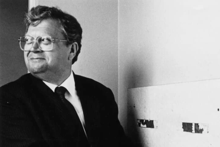Black and white photo of former New Zealand Prime Minister David Lange, looking to the right over his shoulder