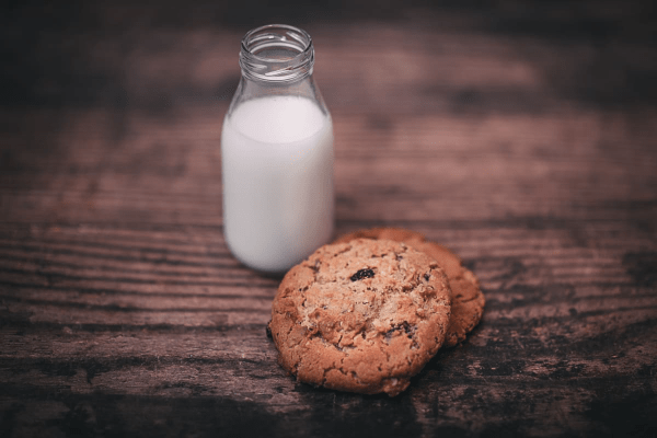 Almond milk with cookies