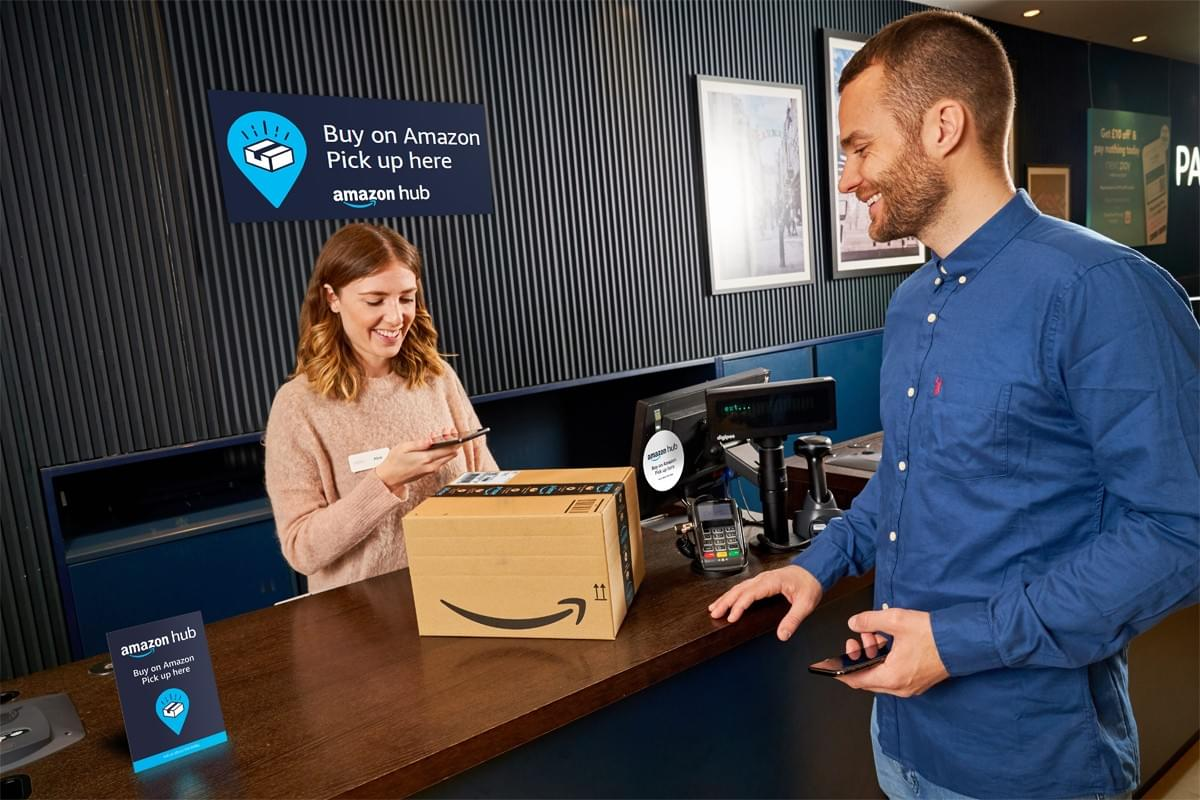 un client retire son colis dans un point de retrait appelé amazon hub counter