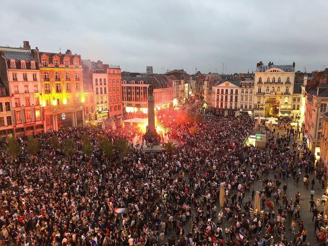 photo de grand place de Lille un soir de match de coupe du monde de football en 2018. La place est noire de monde