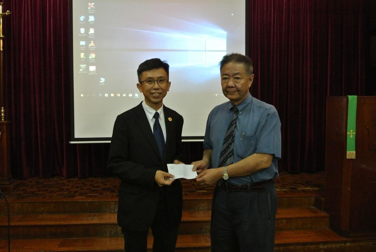 Rev. Simon KWAN Receiving the Seminary Scholarship from Dr. YUNG