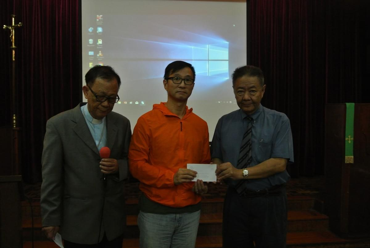 Rev. CHUNG Yiu-Man Receiving the Seminary Scholarship from Dr. YUNG and Dr. IP