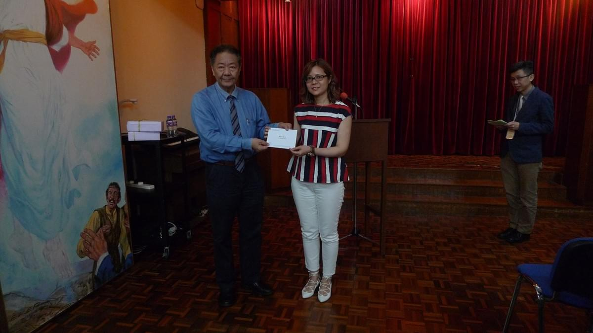 Dr. YUNG Awarding a Scholarship to Ms. LAI Schui Hung