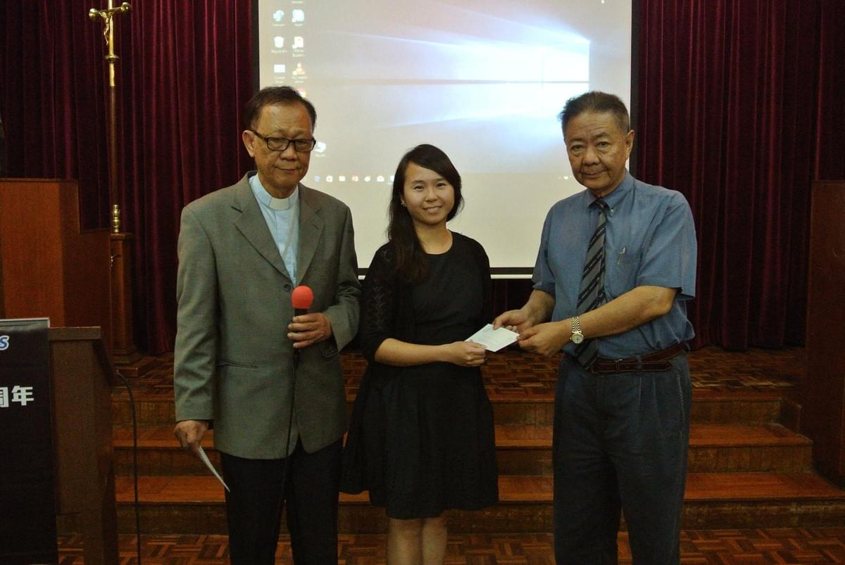 Ms. Libby CHAN Receiving the Seminary Scholarship from Dr. YUNG and Dr. IP