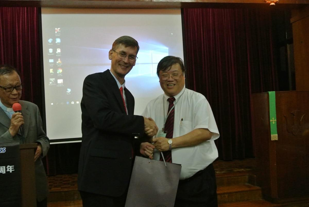 Rev. Daniel Y. S. LI, LCHKS First Vice-President, Presenting a Gift to Dr. OLIVER