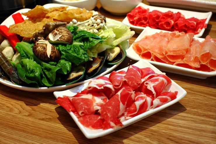 Enjoy multiple fresh cuisines in one sitting at the Volcano Shabu Shabu without breaking the bank! (Credit: http://www.vkeong.com/eat/volcano-shabu-shabu-shaftsbury-square-cyberjaya/)