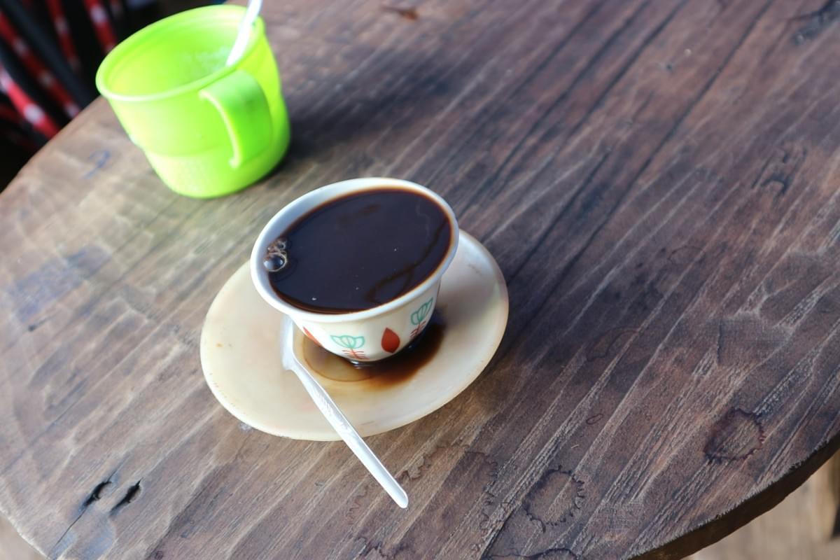 シニというものにコーヒーを注いで飲む