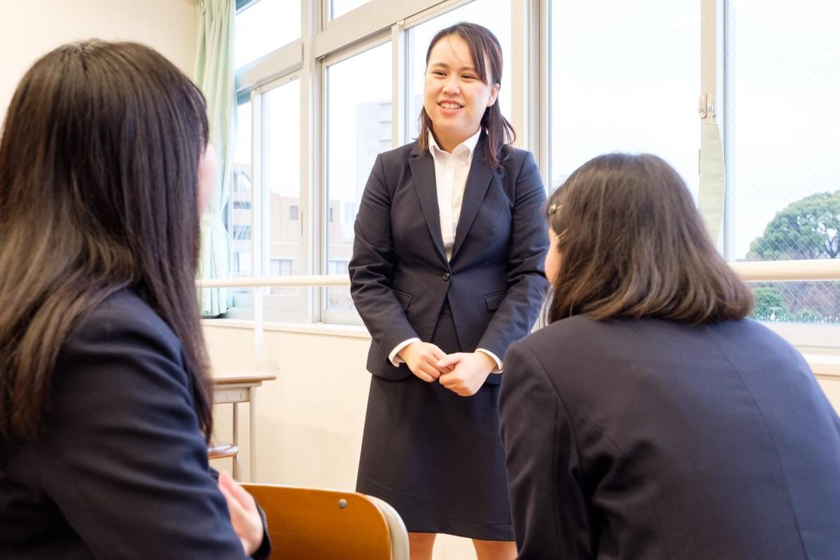 生徒の相談に応じている女性学習メンター