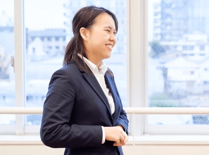 笑顔で生徒と接している女性学習メンター