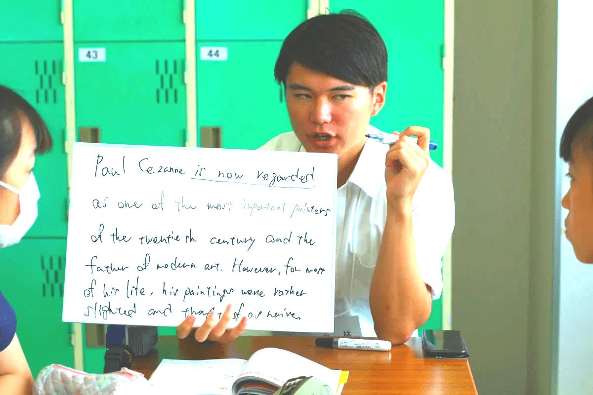 高校生に熱心に英語を教えている学習メンター