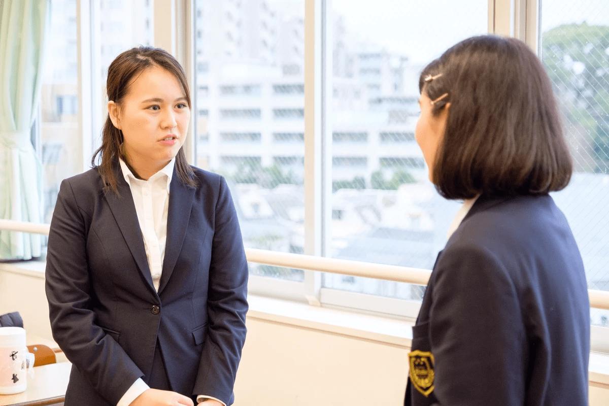 生徒の質問に親身になって答えている女性学習メンター