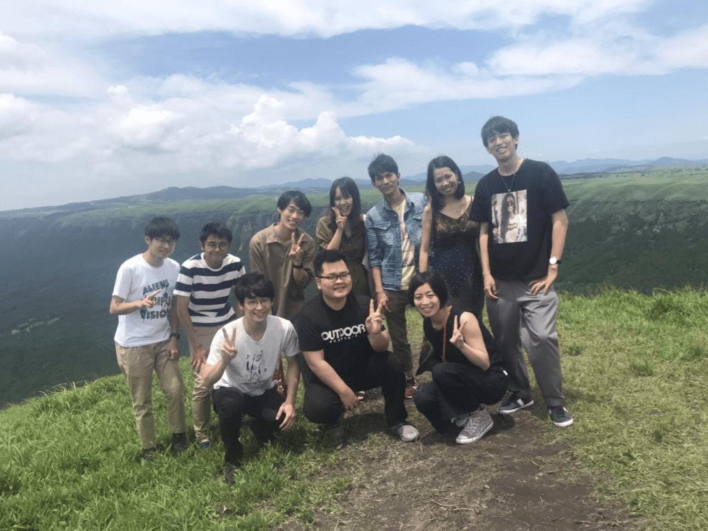 阿蘇山で仲良く写真を撮る学習メンター・キャストの大学生