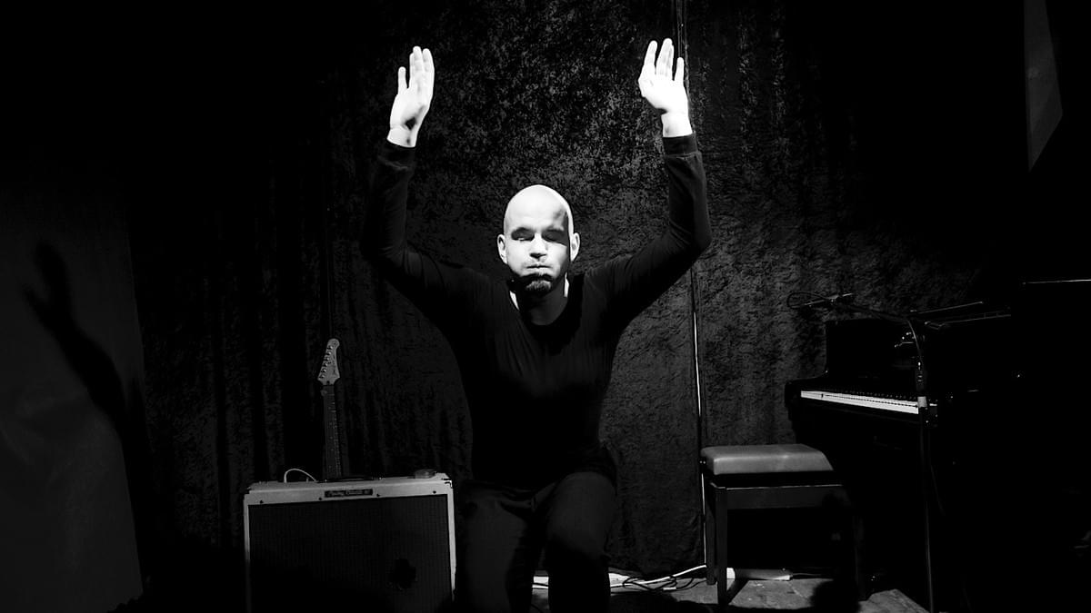 Modern mime artist Silent Rocco performing his underwater mime at open stage in Berlin