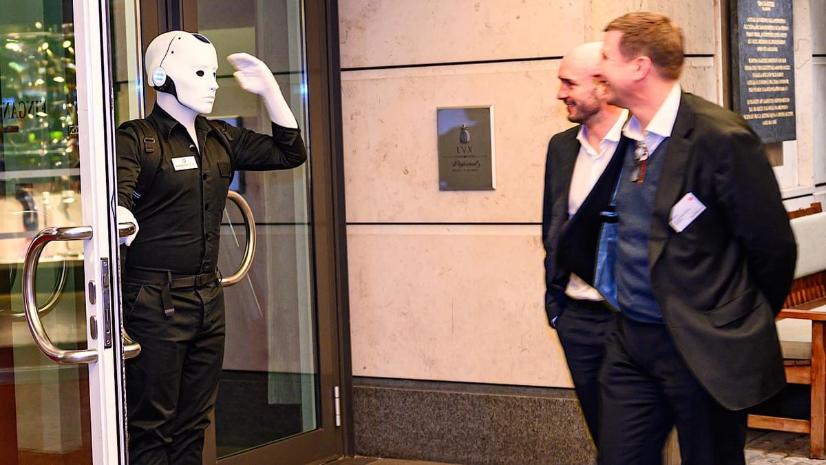 Silent Rocco's Menschine robot act welcoming hotel guests