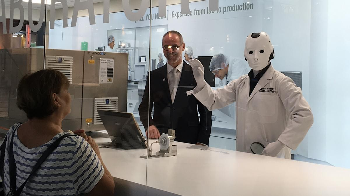 Silent Rocco's Menschine robot act visualizing the future at a trade fair