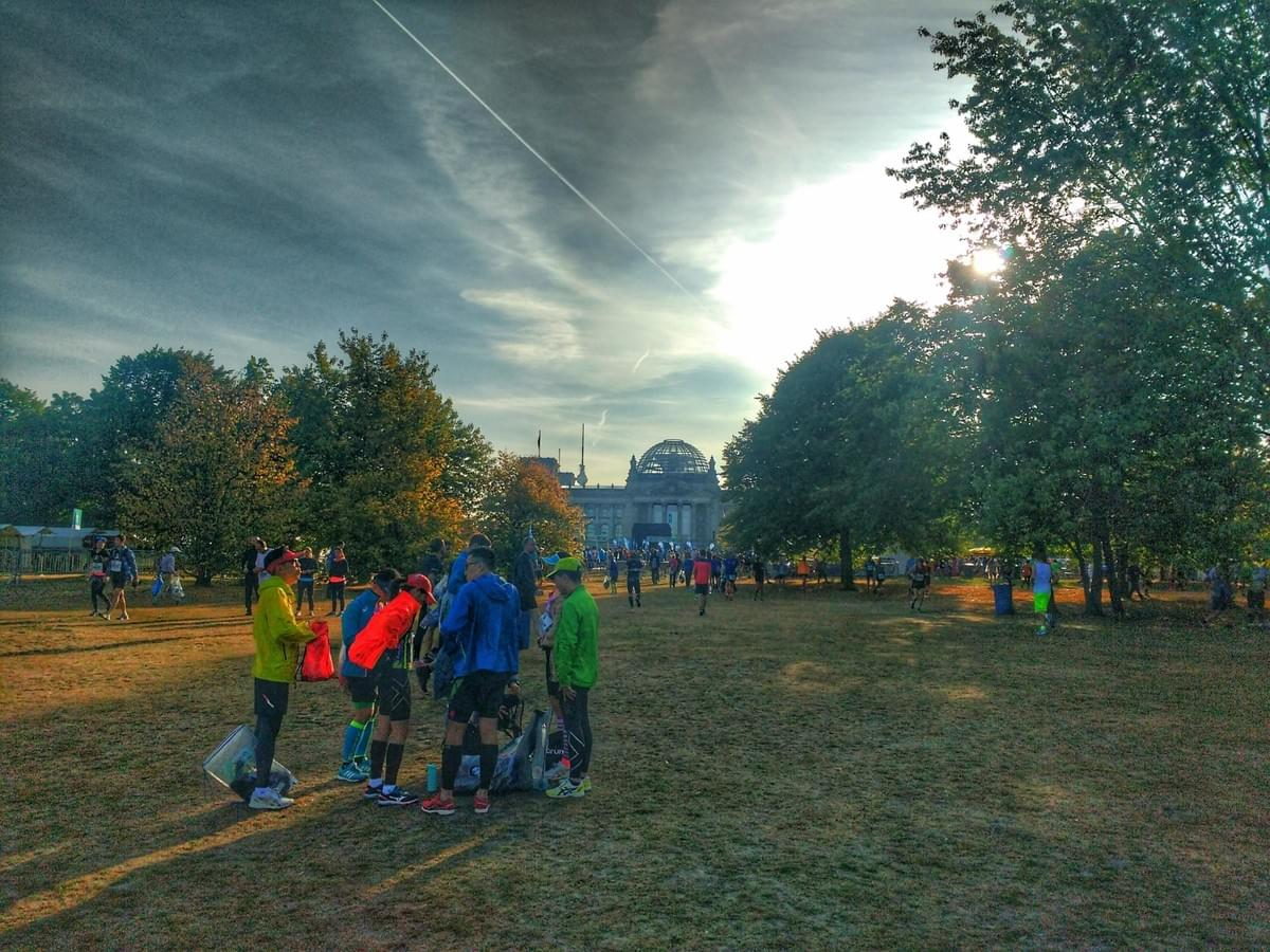 Runners chatting in the Tiergarten before Berlin Marathon 2018, Reichstagsgebäude in the background