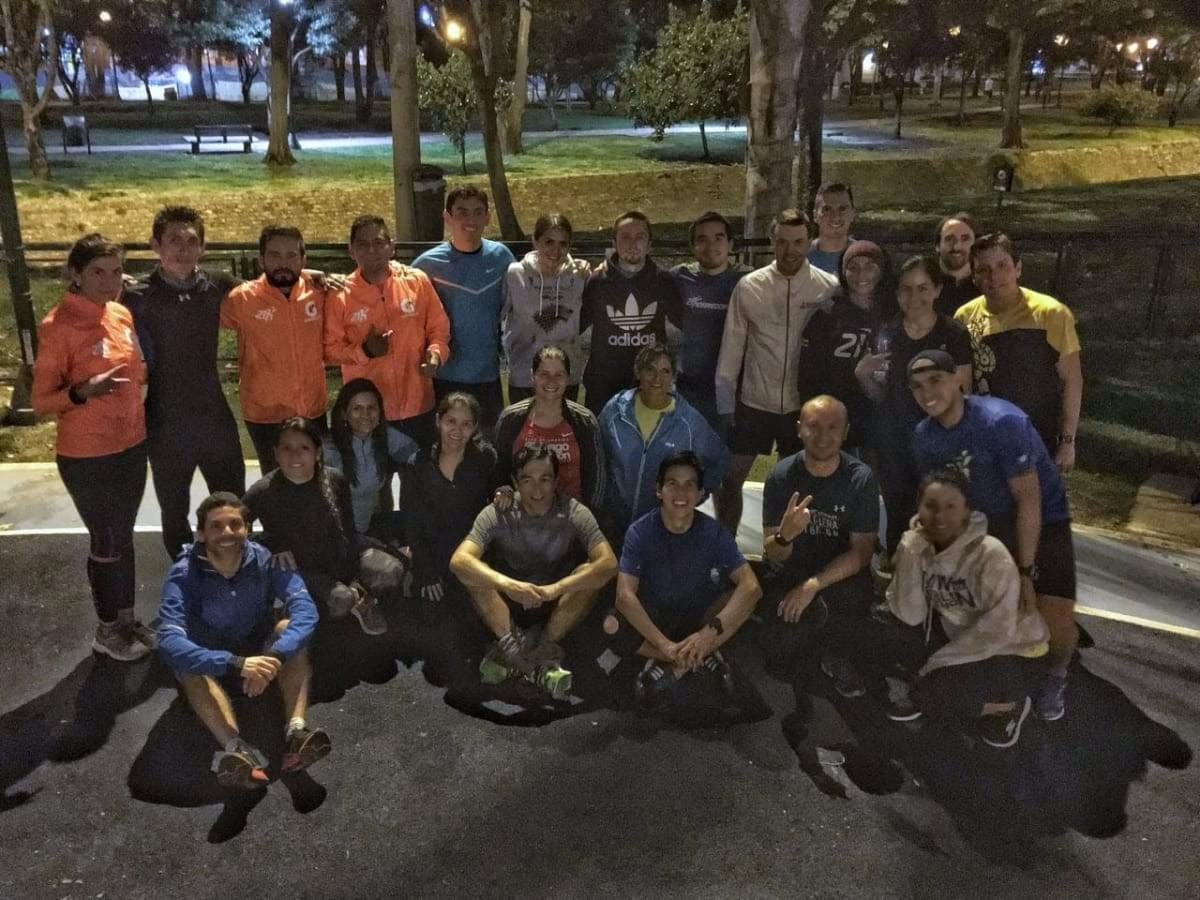 A large group of runners from the 21Korredores training group pose for a photo at Parque el Virrey, Bogotá